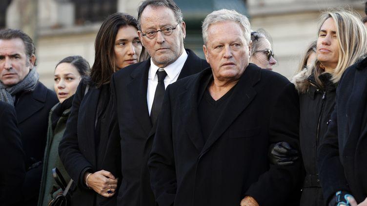 André Boudou (au centre) aux côtés de l'acteur Jean Reno, lors de la cérémonie d'hommage à Johnny Hallyday, le 6 décembre 2017, à Paris. (YOAN VALAT / AFP)