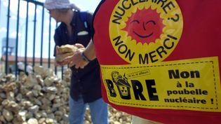 Des opposants au projet d'enfouissement des déchets nucléaires à Bure (Meuse), le 22 juillet 2001. (MARTIN BUREAU / AFP)