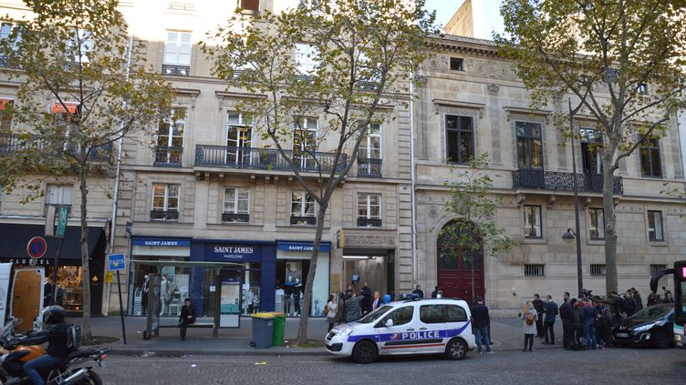 Une voiture de police stationne devant l'endroit où s'est déroulé le braquage de la star Kim Kardashian, le 3 octobre 2016 à Paris. (ALPHA CIT / CITIZENSIDE / AFP)