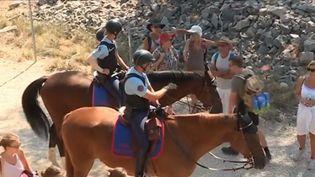 Pendant ces vacances, la Garde républicaine à cheval est à pied d'oeuvre entre Marseille et La Ciotat (Bouches-du-Rhône). Elle assure des missions de protection et de communication 7 jours sur 7. (FRANCE 3)