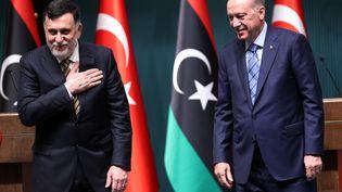 Le Premier ministre libyen (à gauche) Fayez al-Sarraj et le président turque Recep Tayyip Erdogan, lors d'une conférence de presse commune à Ankara le 4 juin 2020. (ADEM ALTAN / AFP)