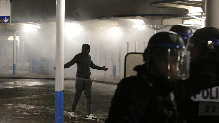 """La police anti-émeutes intervient à Bobigny, le 16 février 2017, pendant une manifestation réclamant """"justice pour Théo"""", un jeune homme de 22 ans blessé penant une intervention policière. (GEOFFROY VAN DER HASSELT / AFP)"""