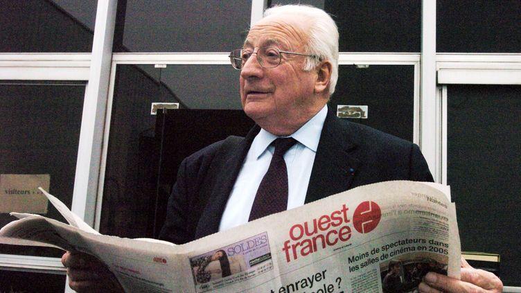"""L'ex PDG de """"Ouest-France"""" devant l'imprimerie du journal """"Presse Océan"""", à Sautron (Loire-Atlantique), le 12 janvier 2006. (FRANK PERRY / AFP)"""