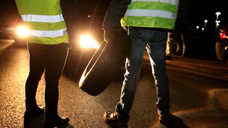 """Des """"gilets jaunes""""ralentissentle trafic à Reims (Marne) le 17 novembre 2018. (FRANCOIS NASCIMBENI / AFP)"""