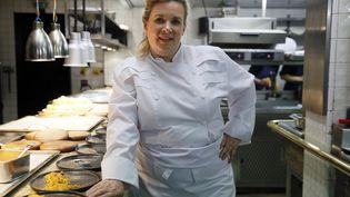 La chef étoilée Hélène Darroze dans son restaurant à Paris, le 23 avril 2015. (PATRICK KOVARIK / AFP)