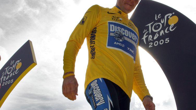 Lance Armstrong, le 24 juillet 2005, sur un podium du Tour de France. (JOEL SAGET / AFP)