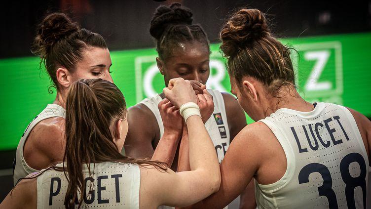 L'équipe de France féminine de basket 3x3 lors de son deuxième match du tournoi qualificatif olympique face à l'Uruguay, le 27 mai 2021, à Graz (Autriche). (VACLAV MUDRA / FFBB)