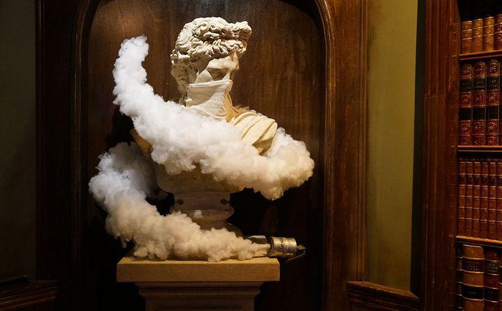 Dans une niche du piano-bar, une statue se protège des gaz lacrymogènes...  (http://walledoffhotel.com/)