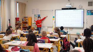 Une enseignante fait classe en période de Covid-19 àBruyères-le-Châtel (Essonne), le 19 janvier 2021. (MYRIAM TIRLER / HANS LUCAS / AFP)