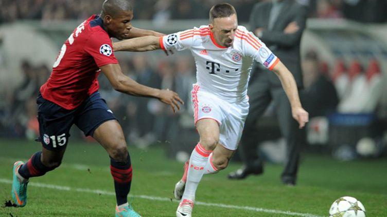 Franck Ribéry à la lutte avec Mauricio Victorino  (DENIS CHARLET / AFP)