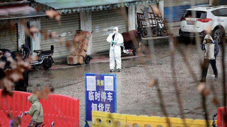 Un homme porte une combinaison de protection dans la ville de Wuhan, le 10 janvier 2020. (DARLEY SHEN / REUTERS)