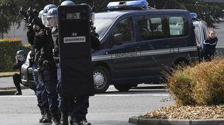 Des gendarmes du PSIG-Sabre, le Peloton de surveillance et d'intervention de la gendarmerie,participent à un exercice antiterroriste à Chantonnay (Vendée), le 16 septembre 2016. (DAMIEN MEYER / AFP)