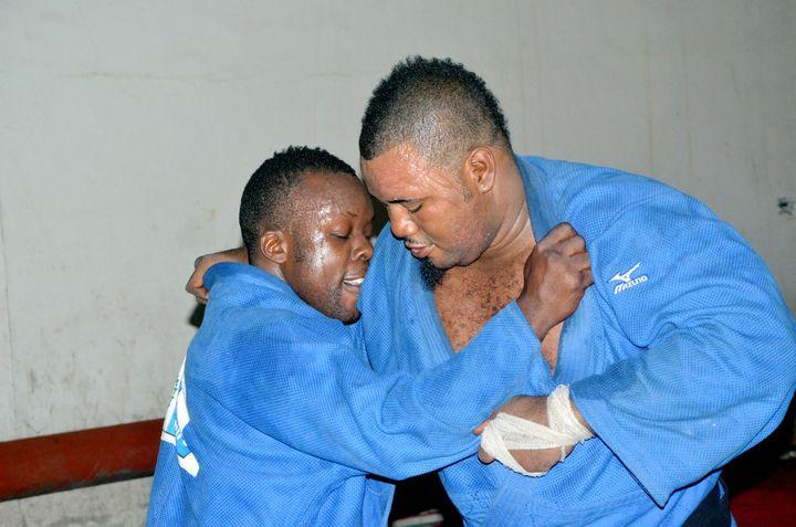 Le judoka Cédric Mandembo (à droite) lors d'un entraînement à Kinshasa(République démocratique du Congo) le 9 juillet 2012,moins de trois semaines avant le début des JO de Londres. (JUNIOR D. KANNAH / AFP)