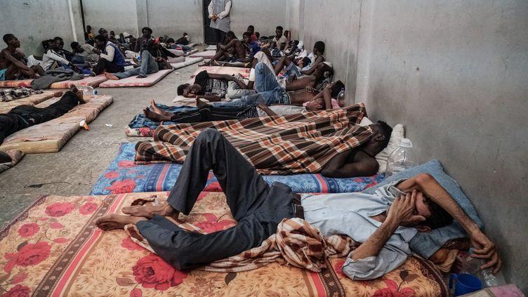 Les migrants qui transitent par la Libye décrivent une situation infernale dans les centres de détention. (TAHA JAWASHI / AFP)