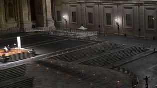 Le pape préside la cérémonie du Vendredi Saint en l'absence de fidèles, le 10 avril 2020 sur la place Saint-Pierre (Vatican). (CLAUDIO PERI / AFP)