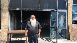Le restaurant Uri Buri, symbole de la coexistence, où travaillent en harmonie juifs et arabes, a été incendié à Acre, ville mixte, pendant les émeutes. Uri son propriétaire s'est juré de tout reconstruire. (FARIDA NOUAR / RADIO FRANCE)