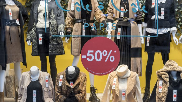 Acheter en soldes. Les soldes d'hiver commencent mercredi 20 janvier. (MAGALI COHEN / HANS LUCAS VIA AFP)