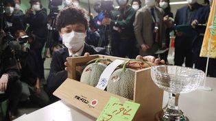 Les deux melons vendus près de 20 000 euros, le 24 mai 2021 à Sapporo (Japon). (JIJI PRESS / AFP)