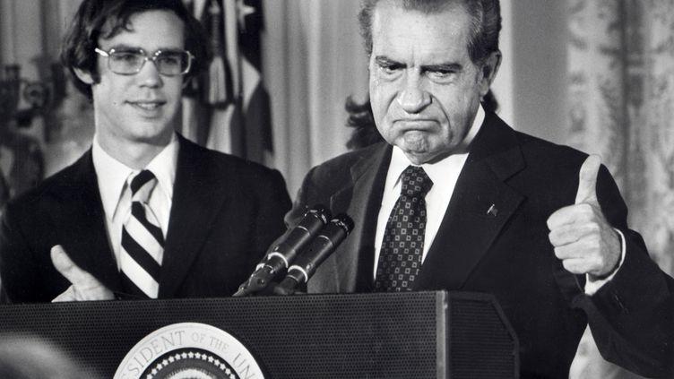 Poussé à la démission après le scandale du Watergate, Richard Nixon, 37e président des États-Unis, fait ses adieux au personnel de la Maison-Blanche, le9 août 1974. À gauche, son beau-fils David Eisenhower (petit-fils du président américain Dwight Eisenhower). (AFP FILES / AFP)