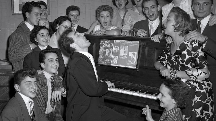 Charles Aznavour au piano, en 1955. (UPI / AFP)