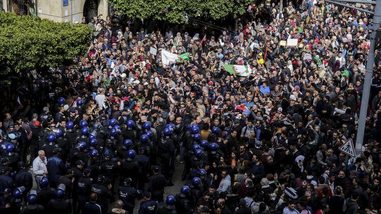 Des Algériens manifestent dans les rues d'Alger contre la candidature d'Abdelaziz Bouteflika, le24 février 2019. (FAROUK BATICHE / ZUMA PRESS / REA / DPA)