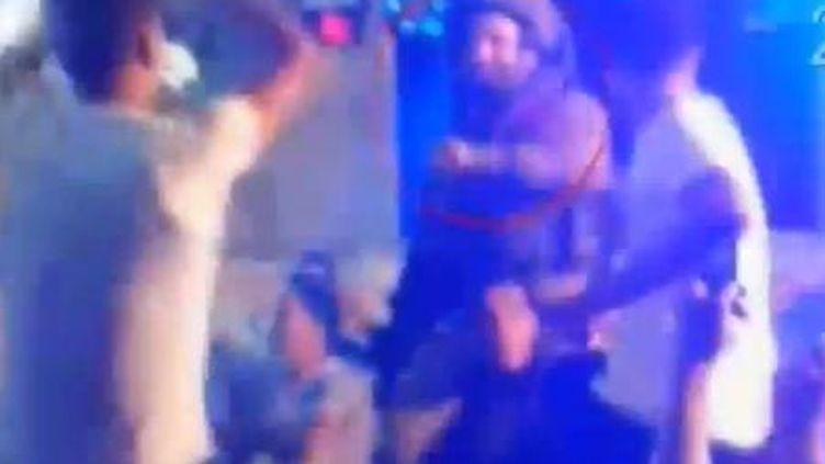 Capture d'écran de la vidéo YouTube montrant des soldats israéliens dansant avec des Palestiniens dans une boîte de nuit de Hébron (Cisjordanie), le 26 août 2013. (YOUTUBE / FRANCETV INFO)