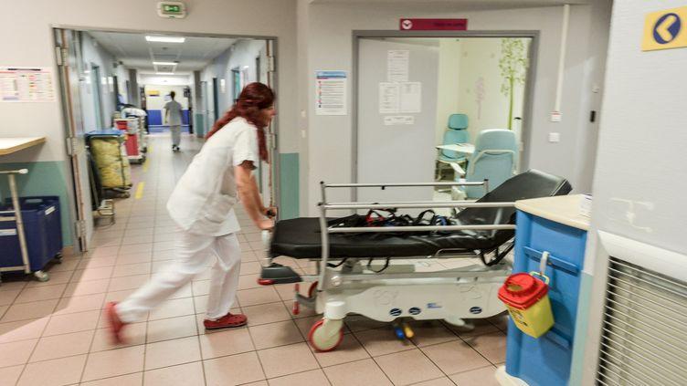 Dans un couloir de l'hôpital Trousseau de Tours (Indre-et-Loire), le 15 juillet 2007. (PASCAL MONTAGNE / HANS LUCAS / AFP)