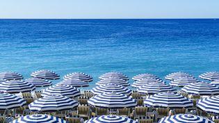 Des parasols sur la plage de Nice. (FRASER HALL / ROBERT HARDING PREMIUM / AFP)