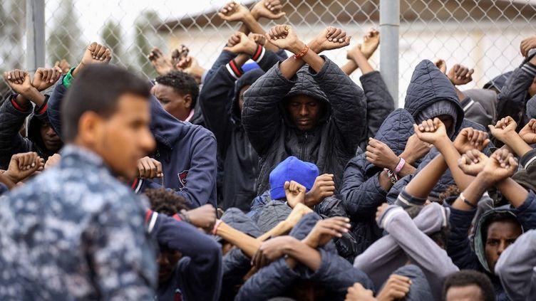 Des migrants africains internés au camp d'Al-Hamra, à 106 kilomètres au sud de la capitale Tripoli, protestent contre leur détention en Libye, le 2 février 2018. (MAHMUD TURKIA / AFP)