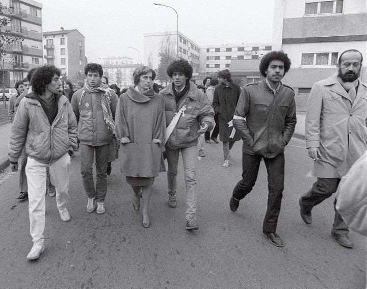 """La secrétaire d'Etat à la famille, Georgina Dufoix (3eG) participe à la """"marche des beurs"""" à Strasbourg """"pour l'égalité et contre le racisme"""", le 20 novembre 1983. (3ème G Toumi Djaidja, un des leaders).  (MARCEL MOCHET / AFP)"""