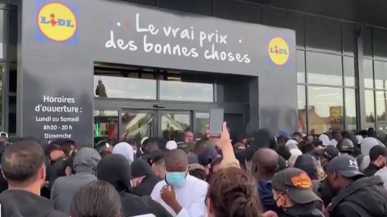 Dans un magasin Lidl des Yvelines, vendre à prix cassé une console de jeux vidéo a provoqué la cohue et des attroupements contraires aux règles de distanciation. Alors que des centaines de personnes se sont amassées devant la boutique, l'enseigne a dû retirer sa promotion. (FRANCE 3)