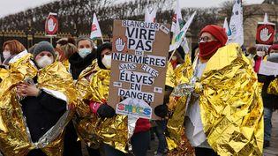 Des infirmières scolaires manifestent aux côtés des enseignants pour une augmentation des salaires et contre la gestion du Covid-19, mardi 26 janvier 2021, à Paris. (THOMAS COEX)