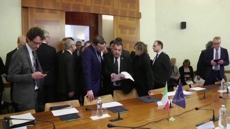 Alors que l'Italie recense onze décès suite au Covid-19, le correspondant de France 3 Alban Mikoczy était en duplex depuis l'Italie pour faire le point sur la situation. Il aborde notamment la question des frontières européennes. (FRANCE 3)