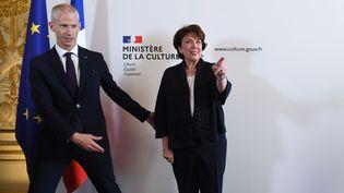 Roselyne Bachelot, nouvelle ministre de la Culture, et son prédécesseur Franck Riester lors de la passation de pouvoirs, le 6 juillet 2020. (ALAIN JOCARD / AFP)