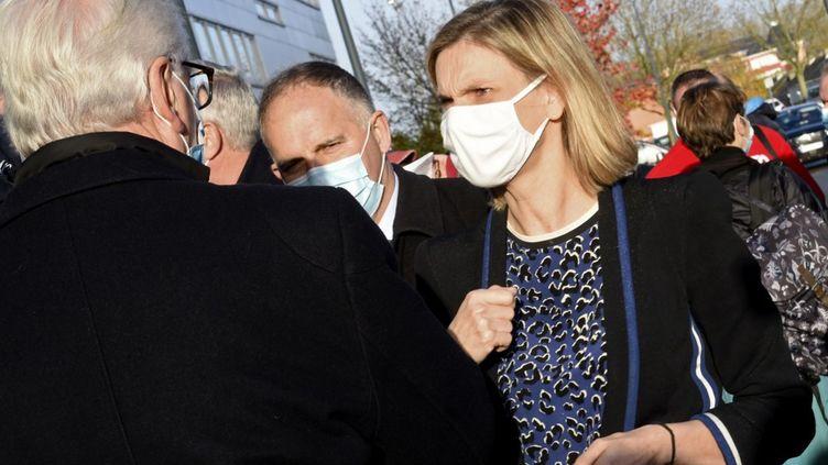 Agnès Pannier-Runacher, ministre déléguée chargée de l'Industrie,échange avecun syndicalisteavant laréunion sur l'avenir de l'usine Brigestone à Béthune, le 12 novembre 2020. (FRANCOIS LO PRESTI / AFP)