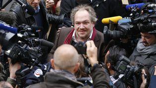"""Mathias Enard entouré de journalistes à son arrivée auGoncourt pour son livre """"Boussole"""", le 3 novembre 2015 à Paris (THOMAS SAMSON / AFP)"""