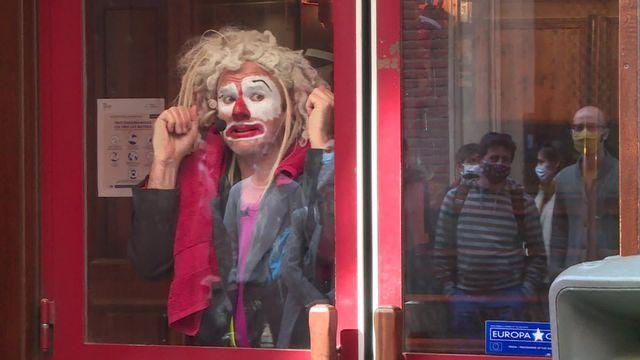 Toulouse: un clown en vitrine