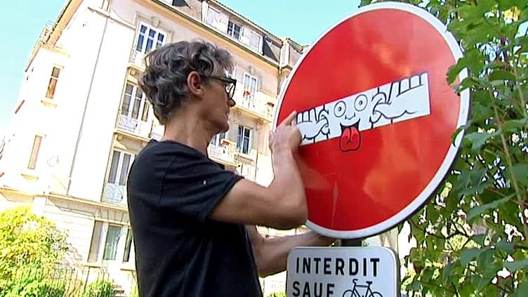 Le street artiste Clet Abraham s'attaque aux panneaux de signalisation et leur donne un sens ludique et poétique  (France 3 / Culturebox)