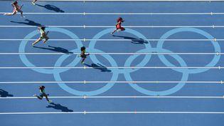 Michelle-Lee Ahye pour Trinité et Tobago arrive en tête d'une série du 200 m féminin le 15 août 2016 aux JO de Rio (Brésil). (ANTONIN THUILLIER / AFP)