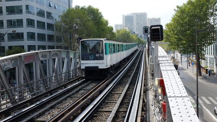 Le wagon d'une rame de la ligne 2 est sorti de son railce vendredi 2 décembre, à 12h25,à la station Barbès-Rochechouart, à Paris. (ROGER ROZENCWAJG / PHOTONONSTOP)