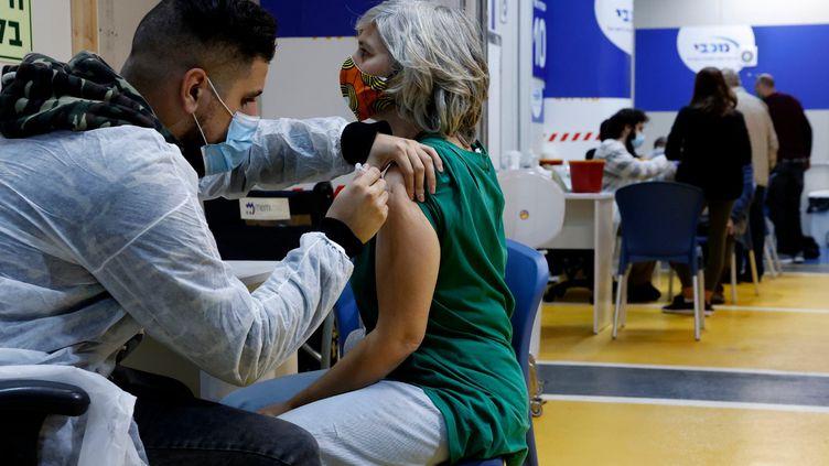 Vaccination contre le Covid-19 sur le parking du centre commercial de Givatayim, en Israël (JACK GUEZ / AFP)