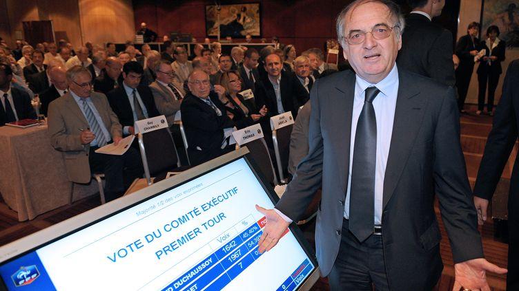 Noël Le Graët pose devant le décompte des votes à l'élection du président de la Fédération française de football, le 18 juin 2011, à Paris. (FRANCK FIFE / AFP)