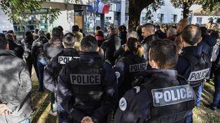 Les collègues du policiers tués à Bronont observé mardi 14 janvier une minute de silence dans plusieurs villes en son hommage, ici à Lyon. (PHILIPPE DESMAZES / AFP)