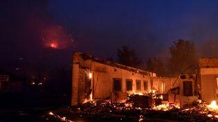 """Un bâtiment détruit par les flammes du """"Dixie Fire"""" à Greenville, en Californie, le 5 août 2021. (NEAL WATERS / ANADOLU AGENCY / AFP)"""