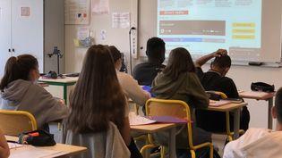 """Des élèves de troisième du collège Pablo Picasso à Montesson, dans les Yvelines, écoutent en classe media franceinfo et """"Le Vrai du Faux Junior"""" (Collège Pablo Picasso - Montesson)"""