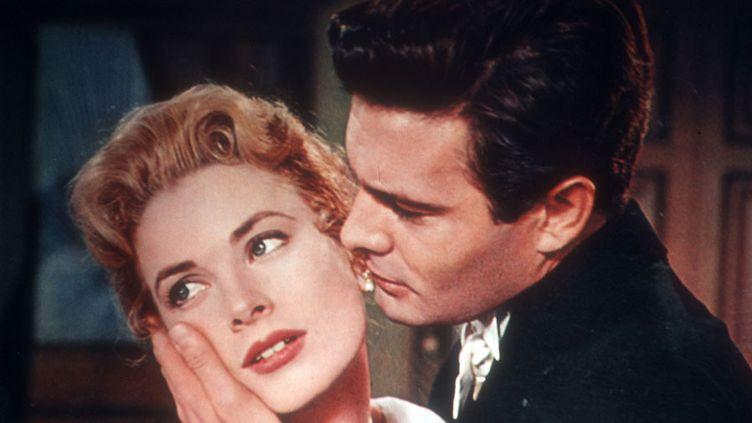 """Louis Jourdan avec Grace Kelly dans """"The Swan"""" de Charles Vidor (1956)  (PHOTO12.COM - COLLECTION CINEMA / AFP)"""