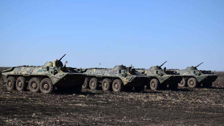 L'armée ukrainienne patrouille à la frontière russe, le 12 avril 2021. (UKRAINIAN ARMED FORCES / ANADOLU AGENCY / AFP)