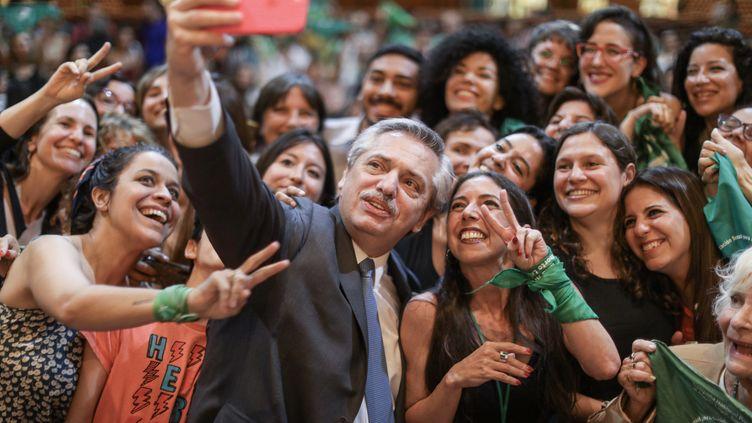 Le président Alberto Fernandez se prend en photo aux côtés d'activistes pro-avortement, à Buenos Aires, le 27 octobre 2020. (AFP PHOTO / ALBERTO FERNANDEZ PRESS OFFICE  / ESTEBAN COLLAZO)