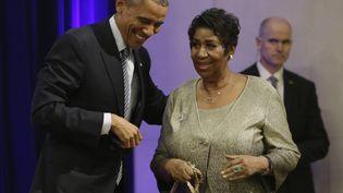 Barack Obama accueille Aretha Franklin à Washington, le 27 février 2018. (CHRIS KLEPONIS / CONSOLIDATED NEWS PHOTOS / AFP)