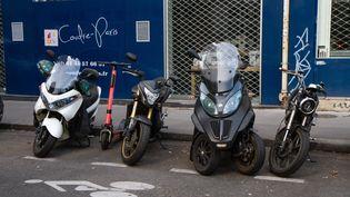 Des scooters et motos sont stationnés à Paris, le 12 octobre 2019. (AMAURY CORNU / HANS LUCAS / AFP)